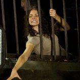 Kate intenta alcanzar la llave de un cadáver en 'The Candidate'