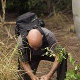 'Locke' roba el reloj a uno de los cadáveres