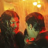 Jack le pide a Hurley que saque a Kate del submarino