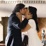 El beso de Charlie y Amita en 'Numb3rs'