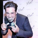 David Bustamante muerde su premio Must!