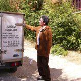 Antonio Dechent muestra un camión con productos del mar