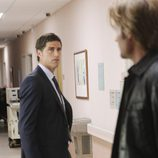 Jack se encuentra con Sawyer en el pasillo del hospital
