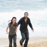 Sawyer y Kate llegan a la playa