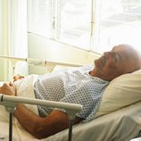 John Locke en el hospital tras ser operado