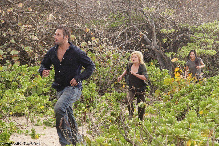 Sawyer, Kate y Claire corren por la isla