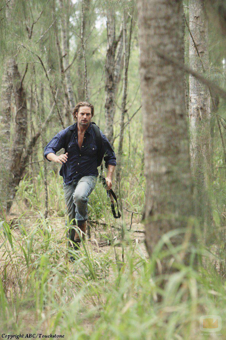 Sawyer corre entre los árboles