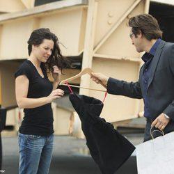 Desmond le entrega el vestido a Kate