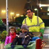 Amador Rivas lleva a sus hijos en el cubo de la basura