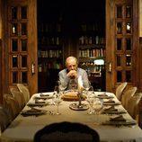 Vicente Cortázar espera solo en la mesa