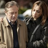 Adriana abraza a su padre tras la muerte de su madre