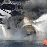 El Deepwater Horizon en llamas en el Golfo de México