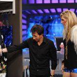 Pablo Motos le enseña bolsos a Kesha
