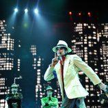 Michael Jackson, con sus bailarines al fondo