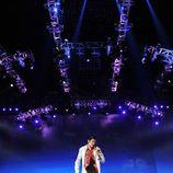 Michael Jackson canta solo en el escenario