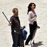 Hugh Laurie y Lisa Edelstein en la playa
