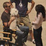 Hugh Laurie y Lisa Edelstein, con un perro en la playa