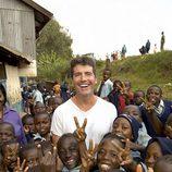 Simon Cowell rodeado de niños