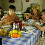 Paquita come con los Alcántara en Sagrillas en 'Cuéntame cómo pasó'