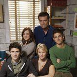 Matt Dallas con la familia Trager en la segunda temporada de 'Kyle XY'