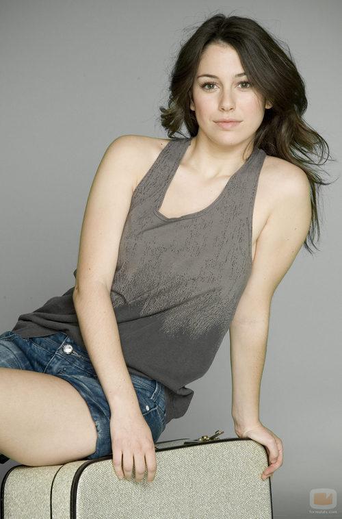 Blanca Suárez, sentada en una maleta