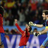 Íker Casillas celebra el gol de Puyol en la semifinal