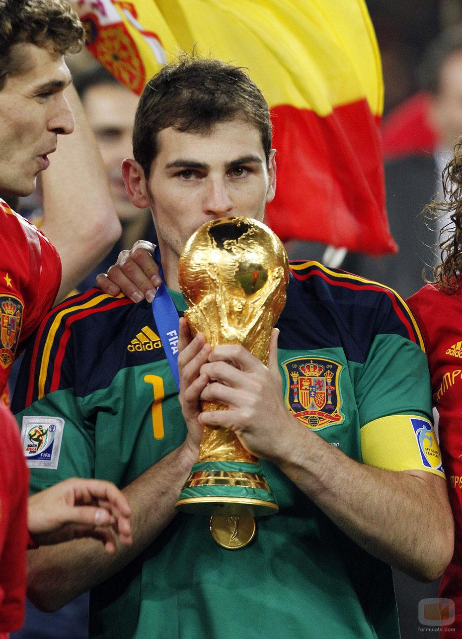 Íker Casillas besa la Copa del Mundial 2010