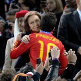La Reina Sofía besa a Cesc Fàbregas