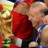 Vicente del Bosque con la Copa del Mundo