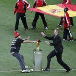 Jimmy Jump corona con su gorro la Copa del Mundo