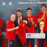 Iniesta le entrega la camiseta de la Selección a Zapatero