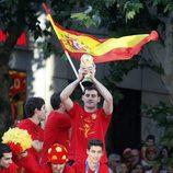 Íker Casillas levanta la Copa del Mundo por las calles de Madrid