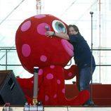 Carlos Latre abraza al 'Pulpo Paul'