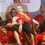 Iniesta es manteado por sus compañeros de la Selección Española
