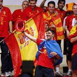 David Villa con la bandera de Asturias en la fiesta de Campeones del Mundo