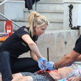 Nancy Carnahan intenta curar a un herido