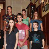 Los jóvenes de 'El internado' en la escalera