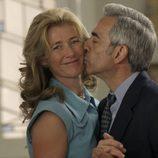Antonio besa a Mercedes