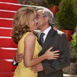 Beso de Imanol Arias a Ana Duato