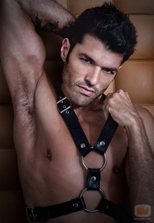 Michel Olivares, desnudo