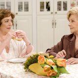 Carmen Maura y Lola Herrera en 'Las chicas de oro'
