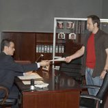 Mikel le entrega un informe a Andrés en 'El comisario'