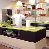 Karlos Arguiñano nos da la bienvenida a su cocina de Telecinco