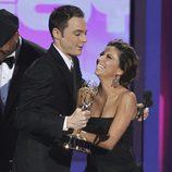 Jim Parsons y Eva Longoria en los Emmy