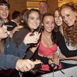 María Castro con algunos fans