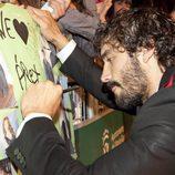 Álex Garcia, firmando una pancarta en Vitoria-Gasteiz
