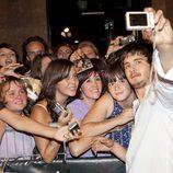Yon González se fotografía con los fans