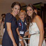Blanca Suárez y Marta Torné con un pequeño fan