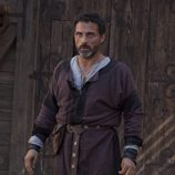 Rufus Sewell es Tom Builder
