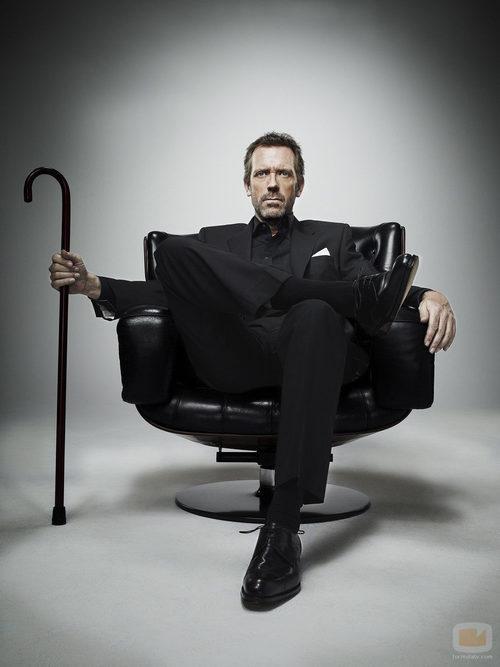 House, sentado con su bastón